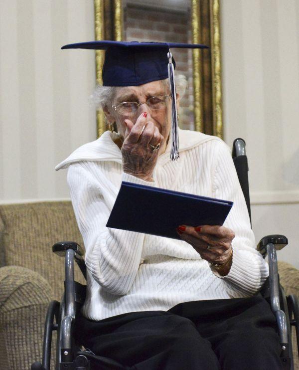97-летней американке вручили диплом об окончании средней школы (6 фото)