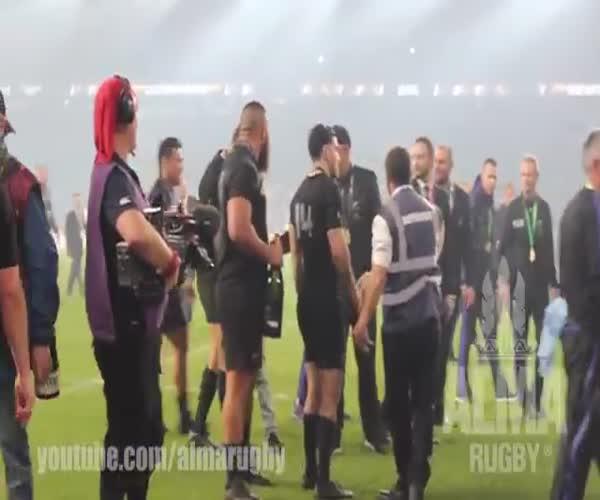 Новозеландский спортсмен отдал медаль своему фанату