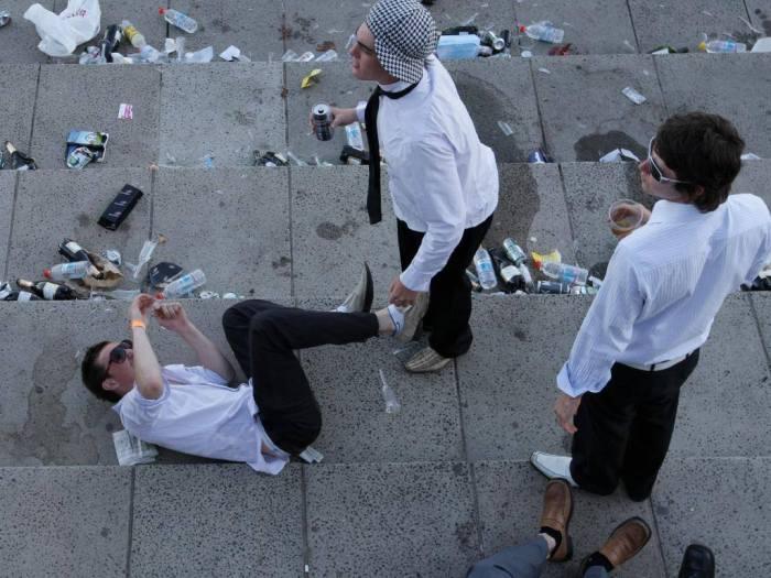 Как любители скачек отмечают завершение Мельбурнского Кубка (20 фото)