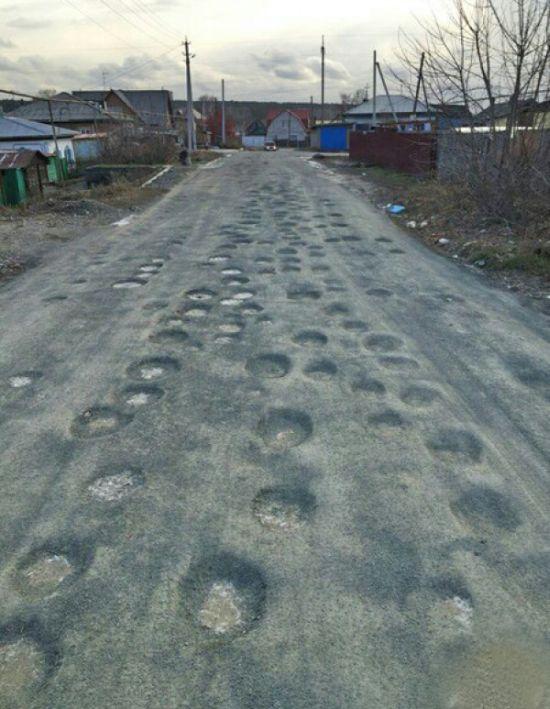 Странная асфальтовая дорога в Новосибирске (2 фото)
