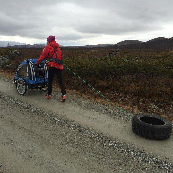 Биатлонистка Тура Бергер совмещает прогулку с ребенком с тренировкой (2 фото)