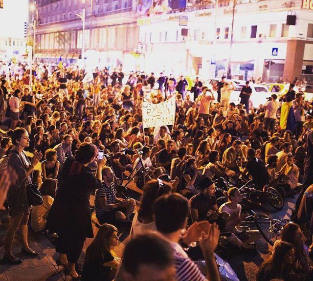 Правительство Румынии ушло в отставку после стихийных акций протеста (10 фото)