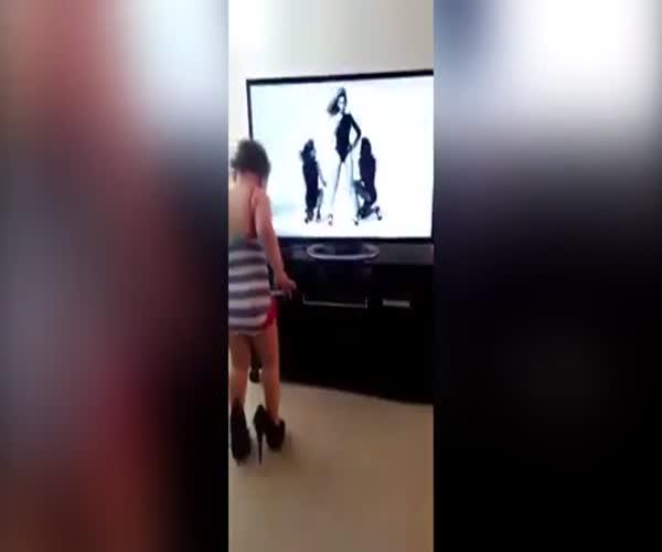 Забавный танец маленькой девочки