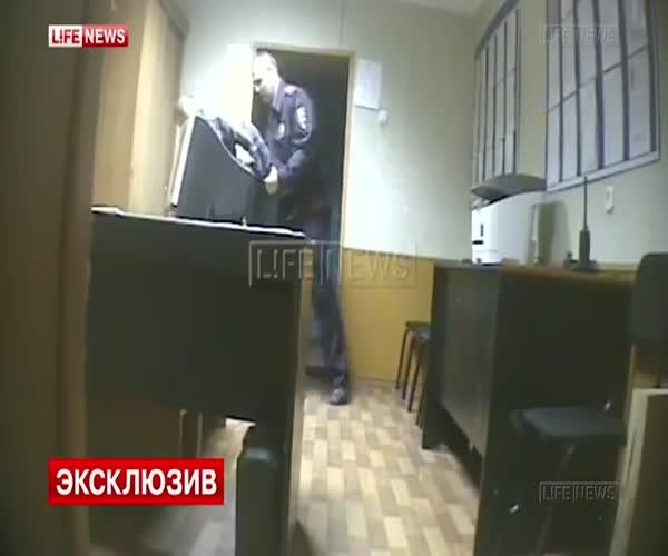 Омскому участковому грозит 10 лет тюрьмы за избиение задержанных