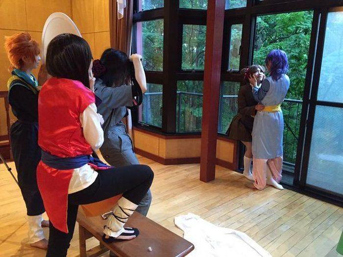 Ухищрения японских косплееров, помогающие им сделать эффектный снимок (24 фото)