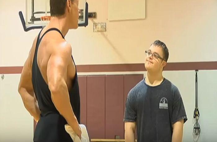 Парень, страдающий синдромом Дауна, увлекся бодибилдингом и готовится к соревнованиям (7 фото)