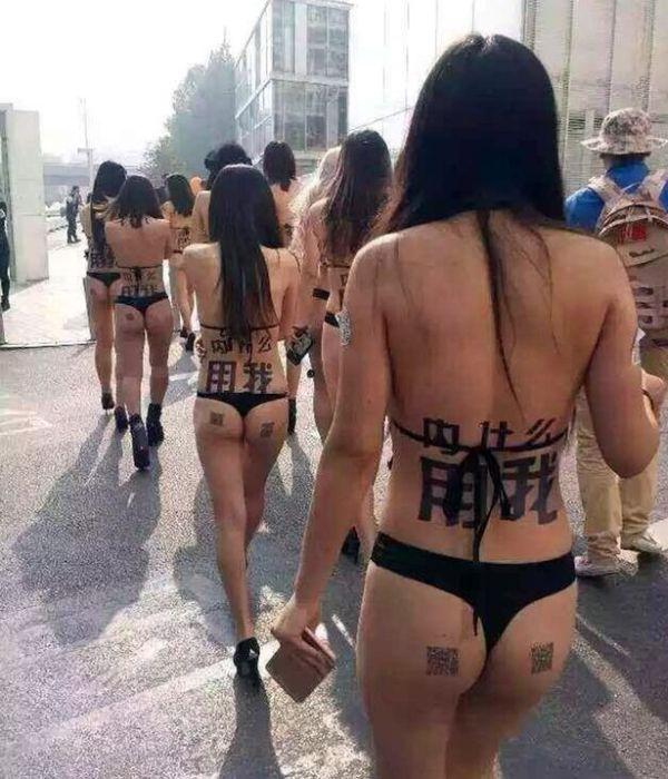 Девушки в купальниках рекламировали мобильное приложение на улицах Пекина (4 фото)