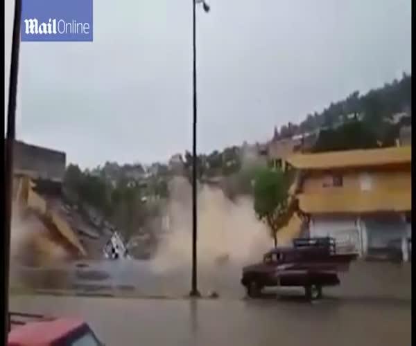 Обрушение двухэтажного здания в Мексике