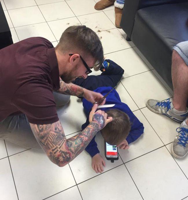 Находчивый парикмахер (4 фото)