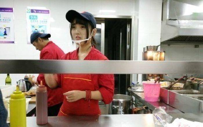 Китайская студентка стала знаменитостью соцсети и получила прозвище «богиня кафетерии» (4 фото)
