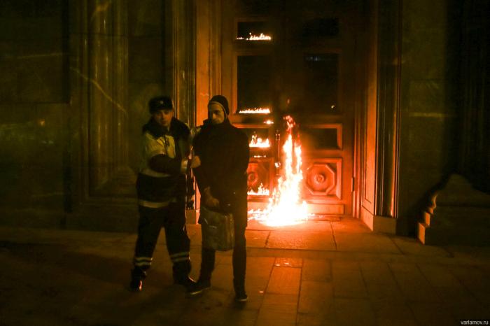 Художник Петр Павленский поджег дверь здания ФСБ