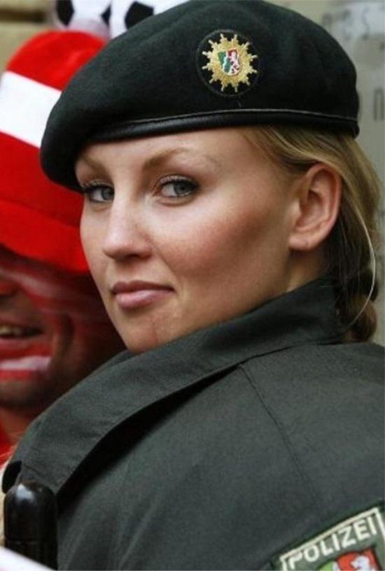 Женщины-полицейские из разных стран мира (23 фото)