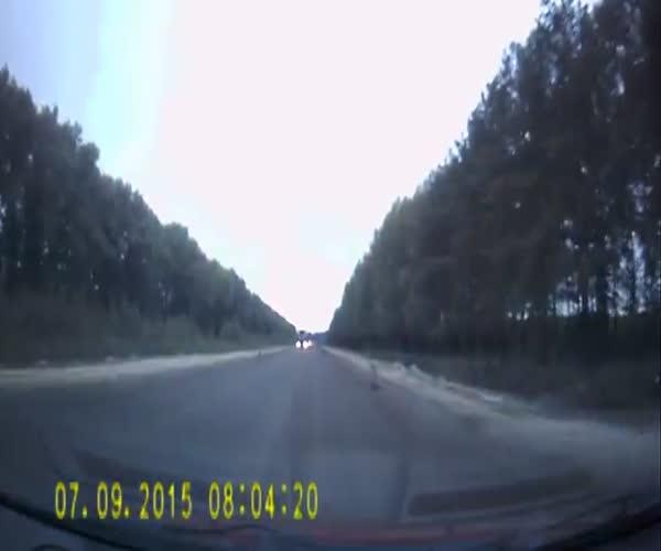 Жесткое лобовое столкновение на трассе