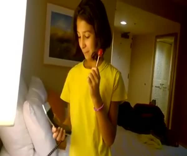 Девочка не знает, как правильно класть трубку телефона