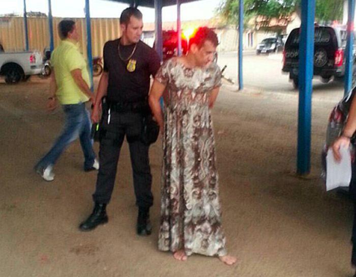 Бразильский заключенный пытался сбежать из тюрьмы в образе старушки (4 фото)