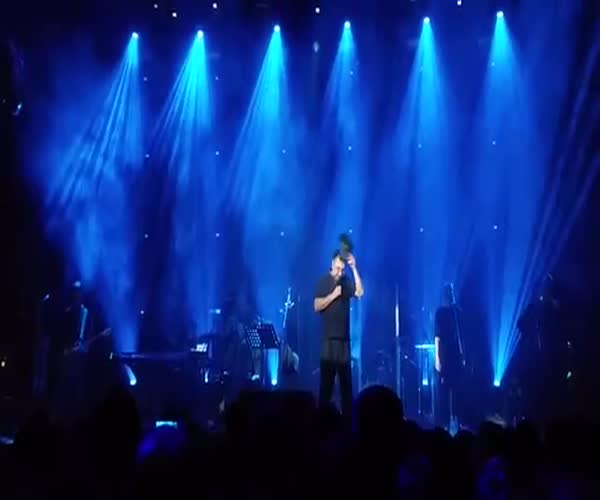 Люди встали на колени на концерте Юрия Шевчука