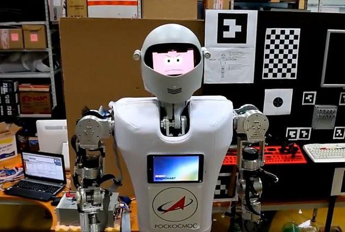 В России разработали робота-помощника для космонавтов (3 фото)