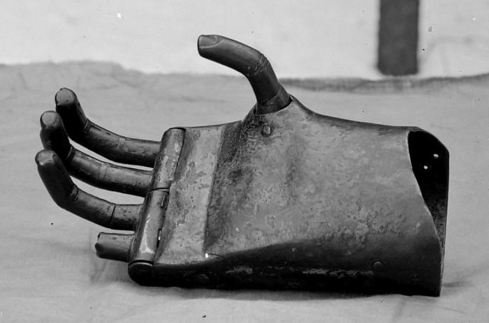 Механический протез руки немецкого рыцаря Геца фон Берлихингена, жившего в XVI веке (6 фото)