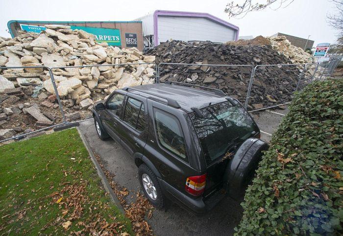 В Великобритании коммунальщики заблокировали автомобиль (3 фото)