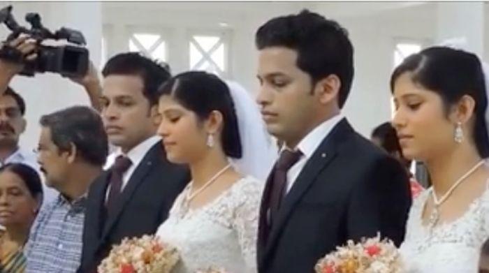 В Индии состоялась уникальная свадьба близнецов на близняшках, которых венчали священники-близнецы (5 фото)