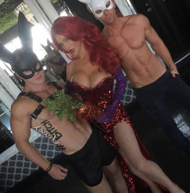 Женщина-трансгендер потратила более 200 000 долларов, чтобы стать похожей на Джессику Рэббит (27 фото)