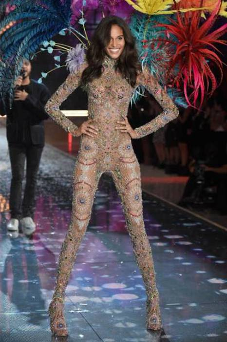 Фотоотчет с модного показа Victoria's Secret Fashion Show 2015 (61 фото)