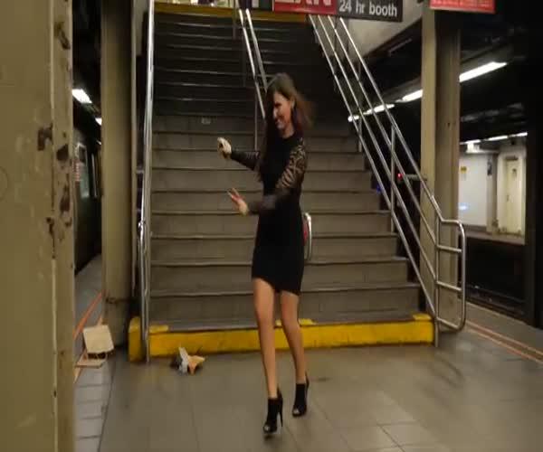 Жителей Нью-Йорка разыграли радиоуправляемой «крысой» с куском пиццы