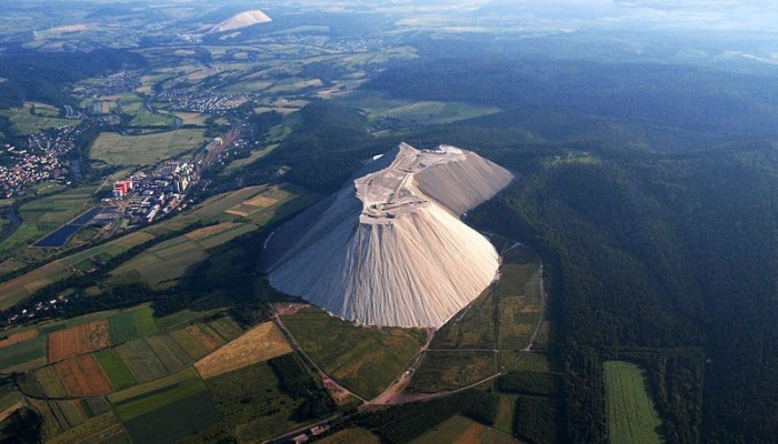 Монте Кали - самая большая в мире искусственная гора поваренной соли (5 фото)