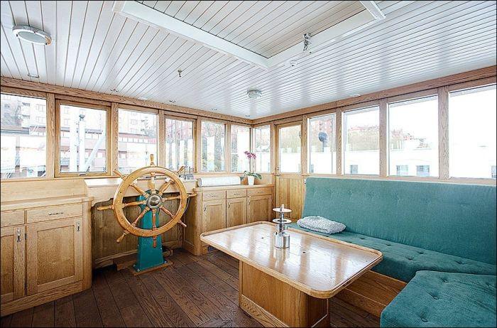 Современный дом на старом судне (17 фото)
