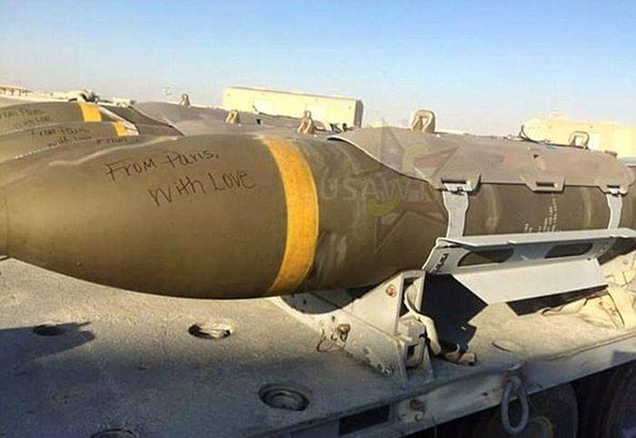 Американцы оставили подписи «Из Парижа с любовью» на своих ракетах и бомбах, которыми они нанесут удар по ИГИЛ (3 фото)