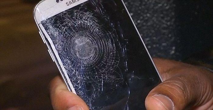 Телефон защитил голову мужчины от осколка взорванной бомбы (4 фото)