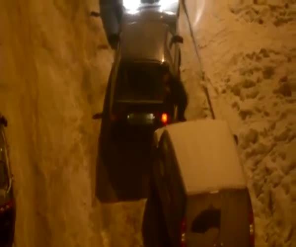 Выезд с дворовой парковки в зимнее время года