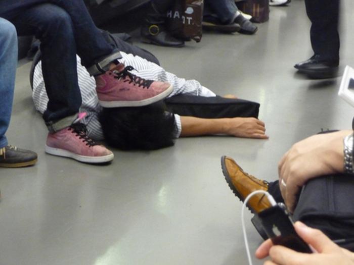 Оказывается, на японских улицах тоже встречаются спящие пьяные люди, только вот выглядят они совсем по-другому (20 фото)