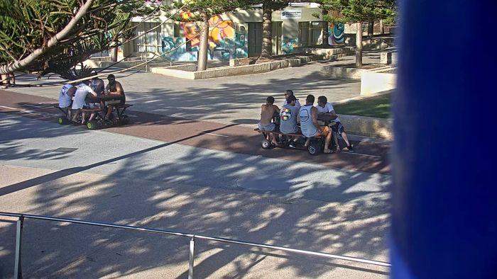 В Австралии ищут парней, катавшихся на моторизованных столах для пикника (3 фото)