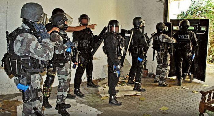 Щит полицейского, участвовавшего в штурме клуба Bataclan (2 фото)