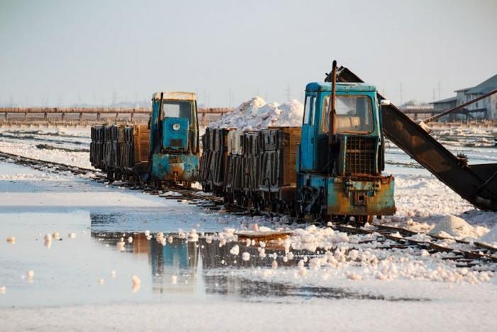 Добыча морской розовой соли в Крыму (24 фото)