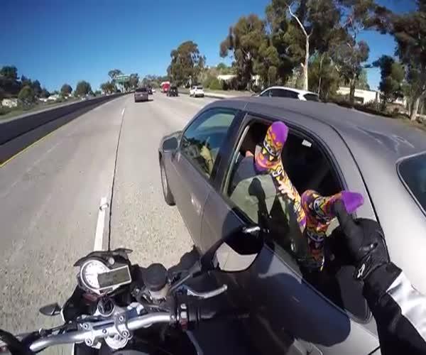 Мотоциклист подшутил над девушкой