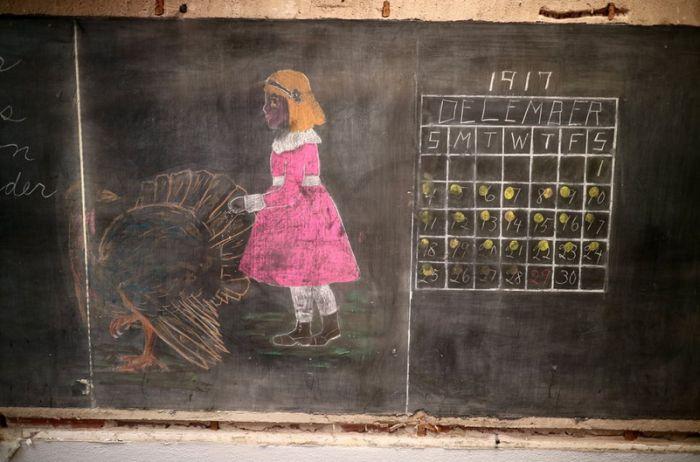 В американской школе нашли записи на досках 100-летней давности (10 фото)