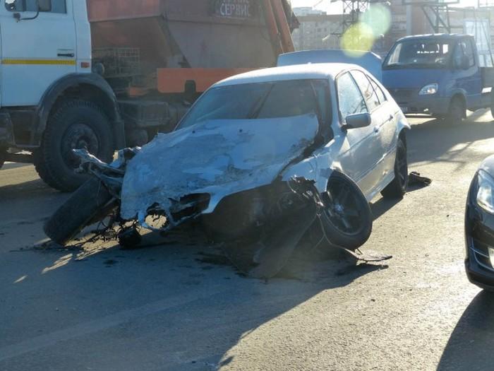 В Тюмени в результате аварии из BMW вылетел двигатель вместе с коробкой передач (8 фото + видео)