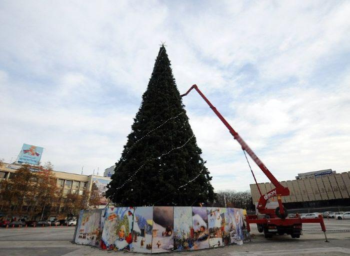 Главную елку Краснодара украшает изображение постапокалиптической Москвы (3 фото)