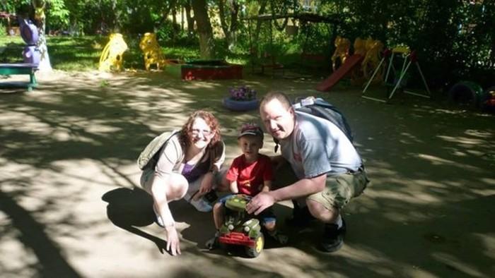 Канадская пара усыновила ребенка-инвалида из Казахстана (8 фото)