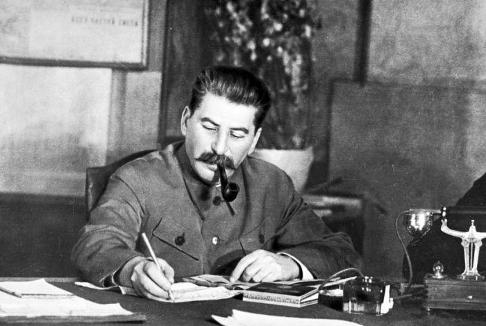 Неожиданная реакция Сталина на похвалу со стороны Черчилля (2 фото)