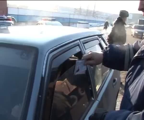 В Кемерово водитель протащил инспектора ДПС на 50 метров по дороге