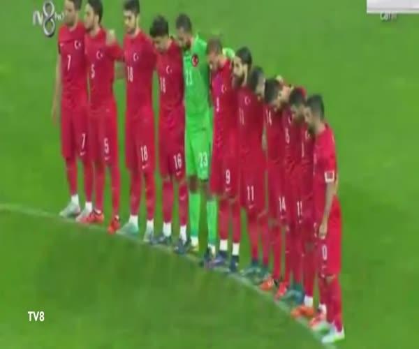 Турецкие болельщики сорвали минуту молчания