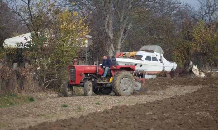 Хорватский фермер распахал землю на самовольной стоянке, заблокировав около 50 машин (11 фото + видео)