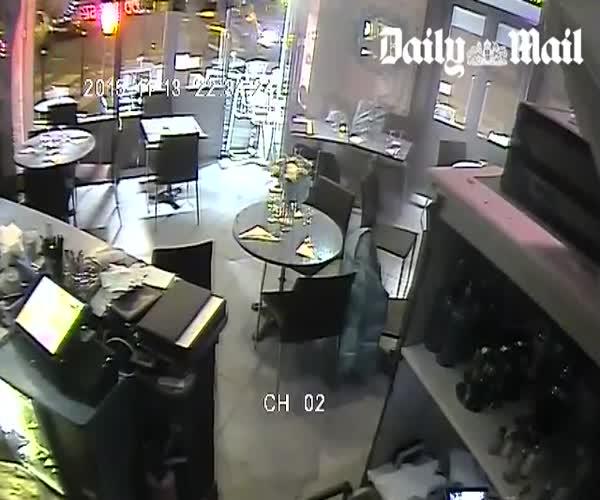 В сети появилось видео расстрела посетителей парижского ресторана