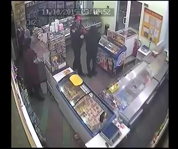 В Северске покупатель предотвратил ограбление магазина