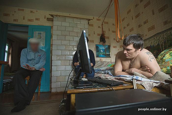 Сельский почтальон ушел с работы, чтобы ухаживать за парнем-инвалидом (19 фото)
