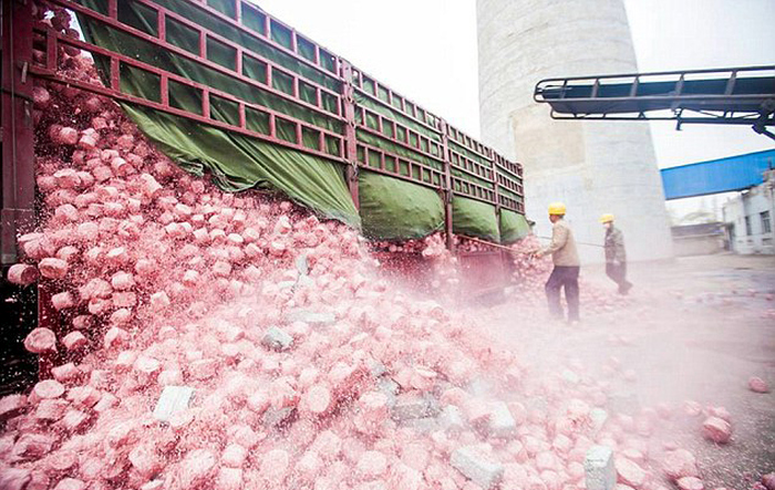 Китайская теплоэлектростанция использует в качестве сырья деньги (5 фото)