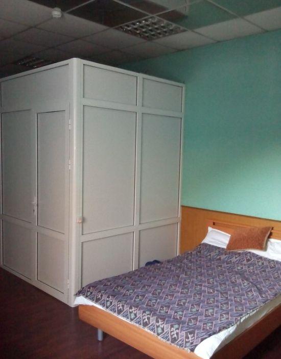 Ничего необычного, простая комната в провинциальной гостинице (2 фото)